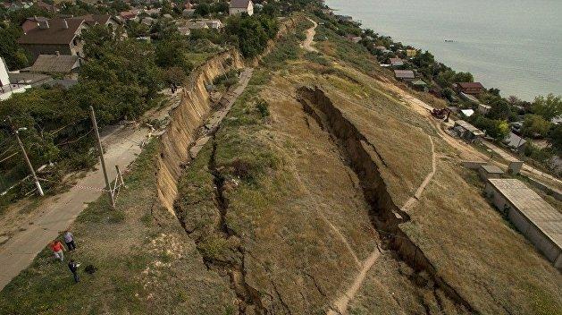 Земля из под ног: в сети появилось видео масштабного оползня под Одессой