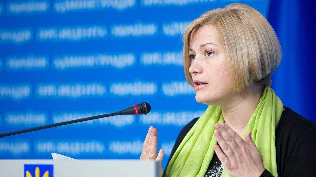 «Посиневшими руками». Геращенко показала, как Лукашенко демонстрировал ей свою силу