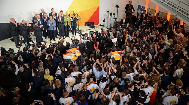 Партия Меркель показала рекордно низкий результат на выборах