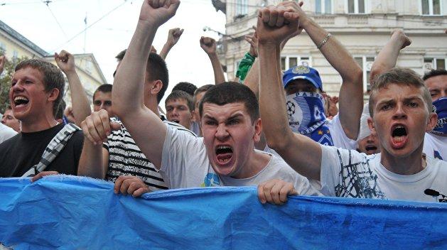 Фанаты «Динамо» избили гостей Киева и отняли у них знамена