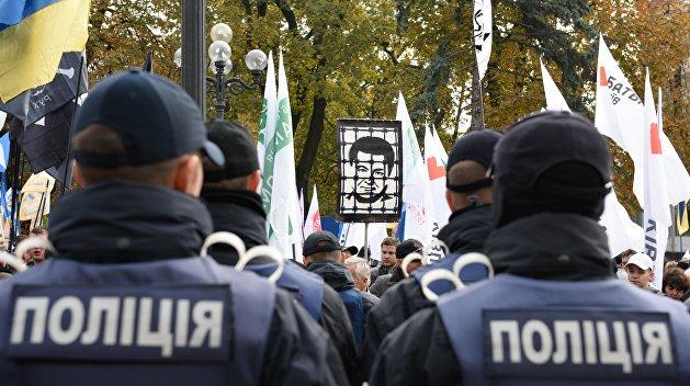 Силовики заблокировали во дворе на Грушевского нардепов Савченко, Лещенко и активистов