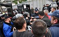 Аваков грозит каждому, кто поднимет руку на полицейских
