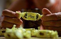 «Петя, жуй»: Митингующие выложили послание Порошенко конфетами Roshen
