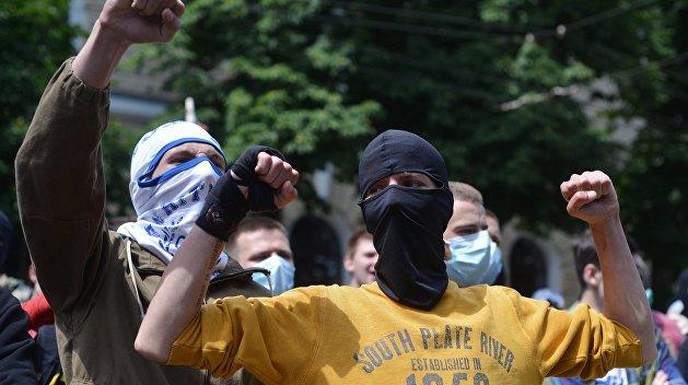 Под Киевом облили краской памятную доску создателю ОУН