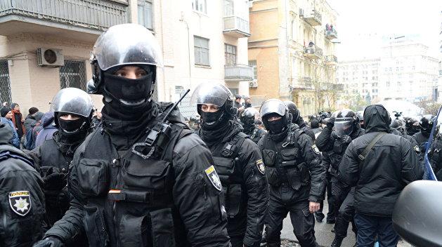 Полиция сломала в Киеве ворота националистам
