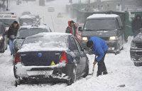 Украину не могут очистить от снега, сотни российских фур застряли на границе