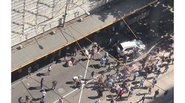 В Мельбурне автомобиль наехал на толпу пешеходов
