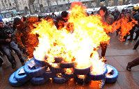 Во Львове радикалы жгут шины около консульства РФ и разрисовывают машины дипломатов