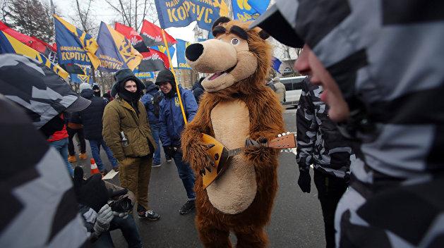 Украинские националисты установили золотой памятник Путину в Киеве