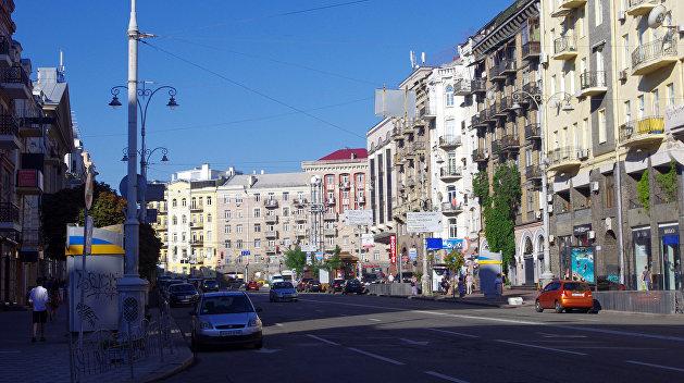 На площади Льва Толстого в Киеве установили разделители, мешающие стихийно парковаться
