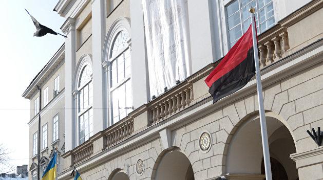 Патриотический баттл: Винницкий депутат обругал «правосека» за черно-красный флаг