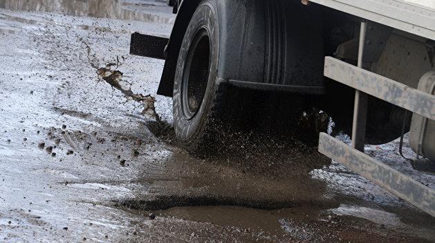 Разбитые украинские дороги заливает водой