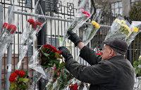 Кемеровская трагедия: К посольству России в Киеве несут цветы и игрушки