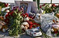 Одесситы несут цветы к зданию российского консульства в память о погибших в Кемерово