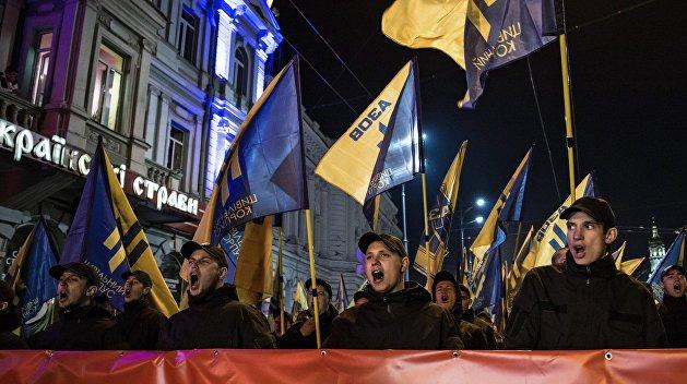 Рублем по свастике: В России изымают одежду с неонацистской символикой