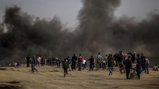 Около десяти тысяч палестинцев участвуют в ожесточенных столкновениях на границе с Газой