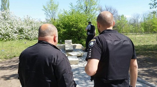 В Запорожье разрушили памятник борцам за свободу Украины, неонацисты обещают отомстить