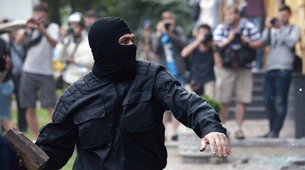 Радикалы в Харькове забросали камнями участников форума оппозиции