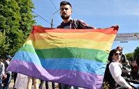 «Смерть ЛГБТ»: В Киеве националисты перекрыли дорогу параду геев и лесбиянок и сожгли их флаг