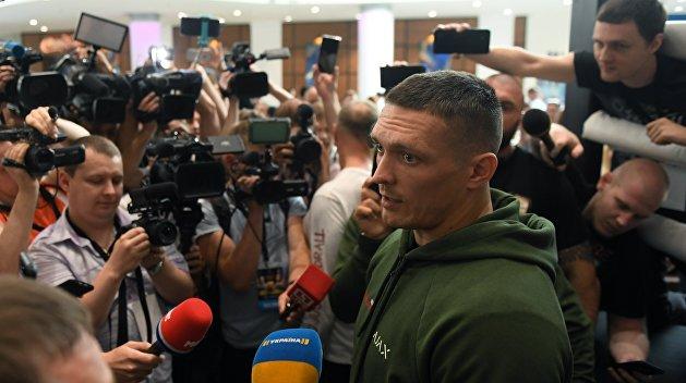 Усик отказался от российского гражданства, но общается на русском