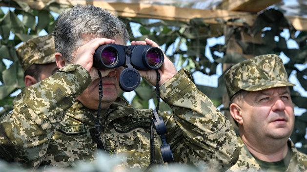 Эксперт: Порошенко вводит военное положение, чтобы на выборах быть фаворитом США