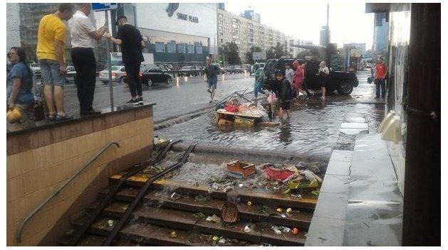 Ливень затопил киевское метро и оставил город без света