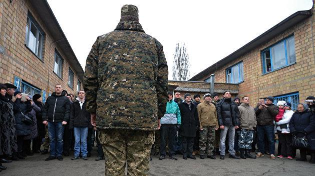 Иди и служи! Под Харьковом военкомы схватили парня прямо на улице