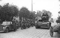«Большевики едут с открытыми люками танков, улыбаются и машут»