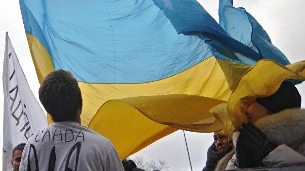 Два жителя Закарпатья сорвали флаг Украины со здания горсовета