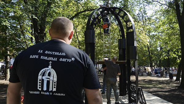 В Донецке злые сердца умягчают добрым металлом