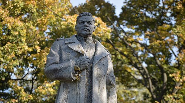 На Черниговщине националисты с молотами атаковали бюст генерала Ватутина