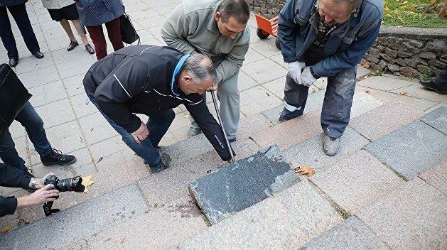 В Литве демонтируют использованные при строительстве еврейские надгробия