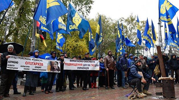 На Кабмин! Националисты вывели людей к зданию правительства Украины