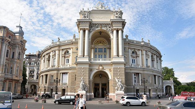 Всем шампанского: Одесская опера отшивает костюмы для балета «Маскарад»