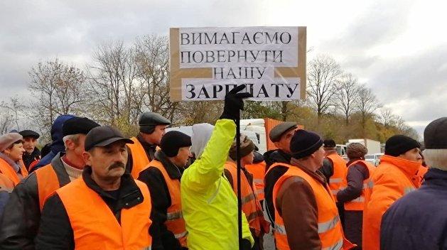 Сотрудники «Автодора» заблокировали дороги в Тернополе, требуя деньги