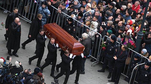 Николая Караченцова похоронили на Троекуровском кладбище