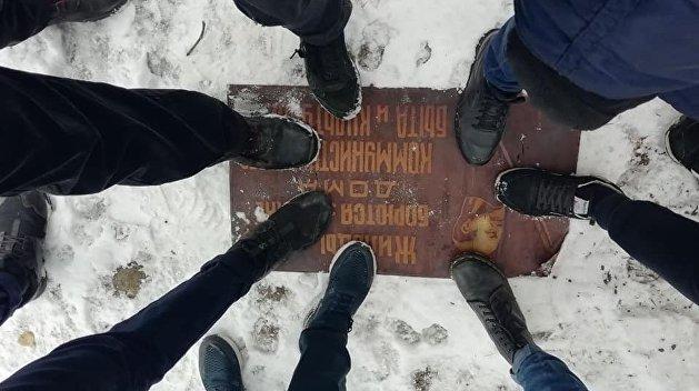 Потоптались на истории. Активисты С14  «декоммунизировали» дом в Днепре