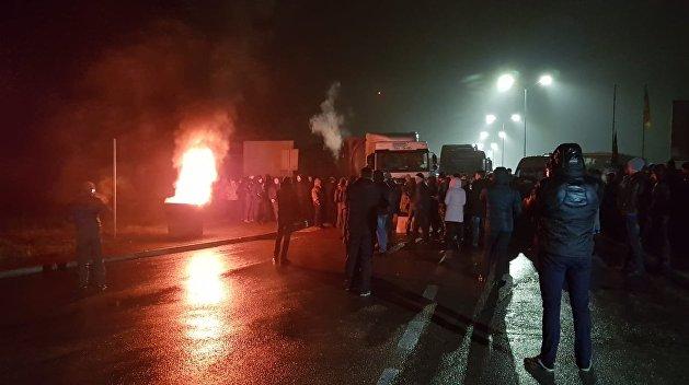 Украинские «евробляхеры» забаррикадировали границу с Польшей