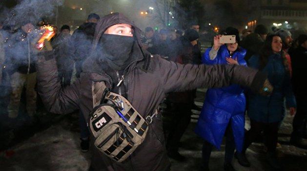 Подожгли авто и ёлку, забросали яйцами: На Украине атакуют дипломатические представительства РФ