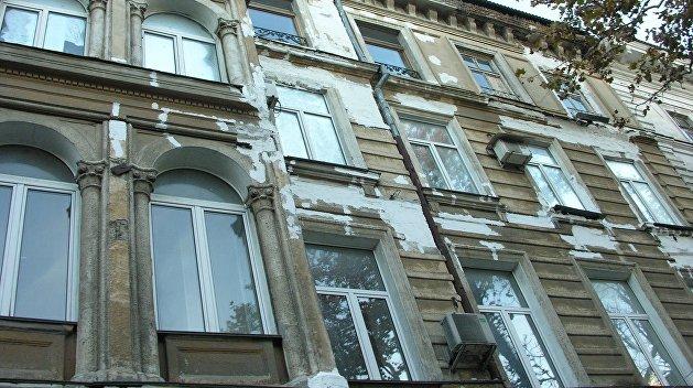 Городские варвары: В Одессе коммунальщики уничтожили декор на фасадах домов