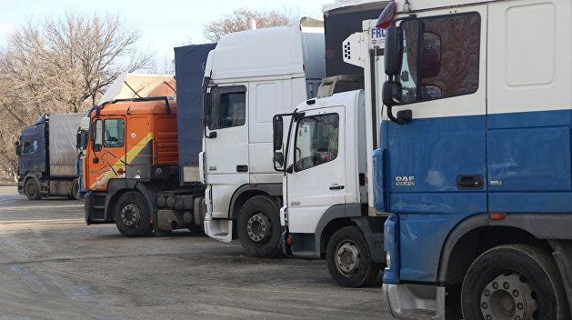 В Одессе активисты снимают номера с фур из России