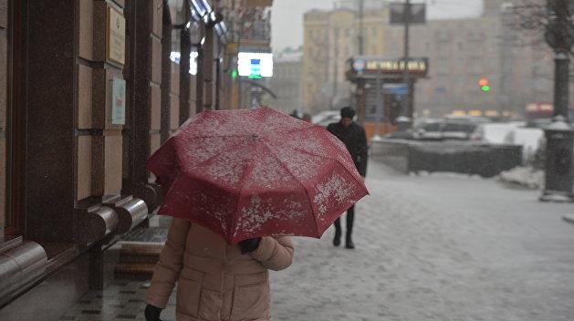 Белый, но не тает: в Запорожье выпал необычный «снег»