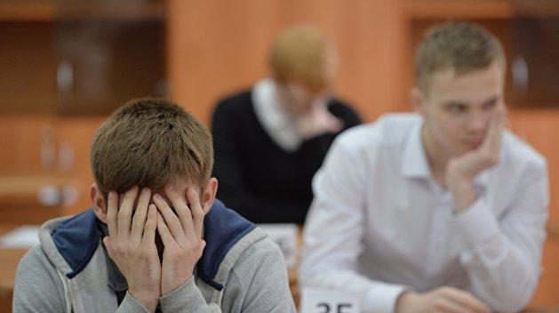 Украинским школьникам разрешили не сдавать экзамены
