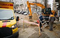 В Киеве изменили движение транспорта из-за дыры на дороге
