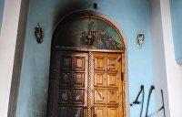 «Коктейли Молотова», руны СС и свастика. Кто поджигает православные храмы на Украине