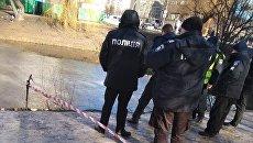 Опасная находка: В Киеве коммунальщики в озере обнаружили мину