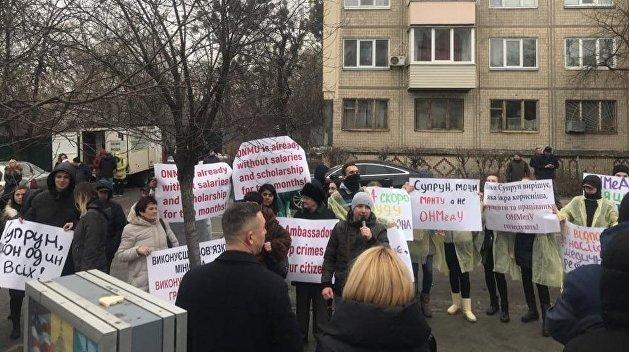 Заберите Супрун! Студенты Одесского медвуза пикетируют посольство США
