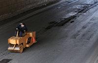 Добродомов назвал архаизмом ямочный ремонт дорог на Украине