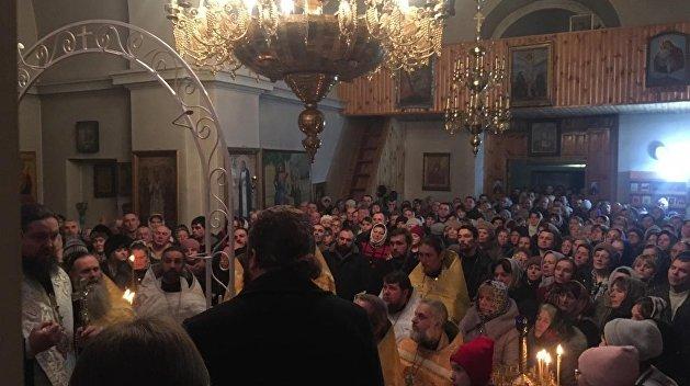 Верующие УПЦ отказываются сдавать храм сторонникам томоса в Житомирской области