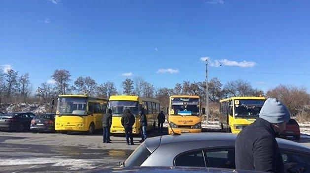 СМИ – Ради Порошенко на «Арену Львов» свозили бюджетников на школьных автобусах